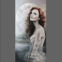 portret kobiety na tle księżyca